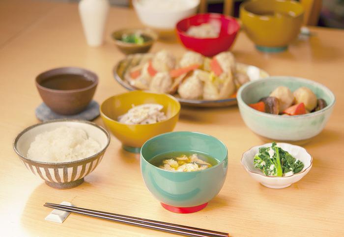 一見漆器のようには見えない、カラフルな色合いが新鮮な器たちです。和食に合わせるのはもちろんのこと、サラダなどの洋食にも使えそう。漆器の楽しみ方が広がりそうです。