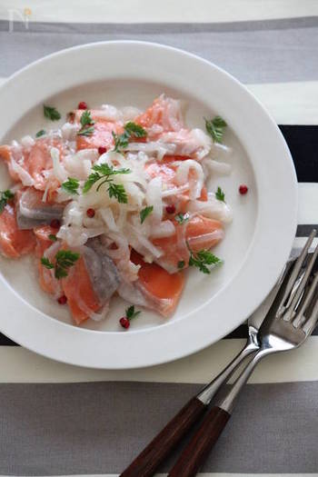 前出の『漬けサーモン』は和の風味、こちらはオリーブオイルに漬け(マリネ)し、セルフィーユとピンクペッパーを散らした西洋風味。 「前日に作っておくと味がよくなじみます。」(作成した栁川さん)。