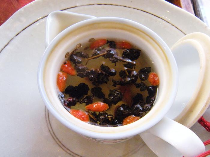 こちらの、蜜なつめ竜眼の赤が色鮮やかな「双味茶(サンファチャ)」は、ほんのり酸味のあるあっさりとした味わい。胃腸を整え疲労回復の効果があるんだとか。お好みで蜂蜜を加えて、まろやかさを楽しんでみて♪