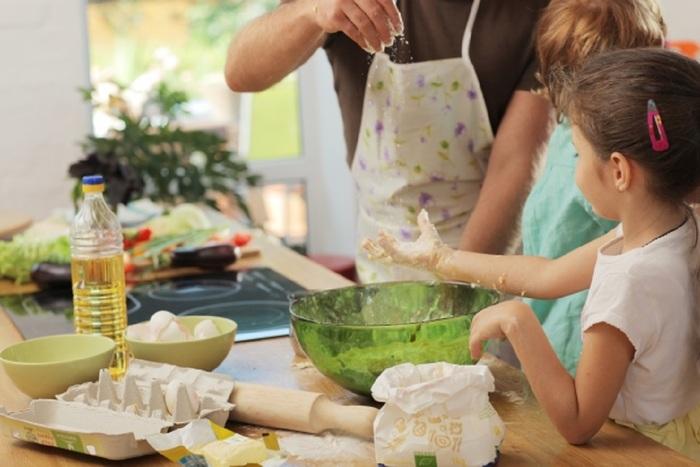 毎日、全てのおかずを手作りするのは大変。でもお総菜や中食を買ってきて夕食にすることに抵抗があるママも多いのでは。それなら、せめて「一品だけ」は手作りにしてみてはどうでしょうか。さらに子どもも一緒に手伝うことができれば、親子で楽しく作れるはず。材料を切ったり盛り付けたりと、その手順の一つひとつが、子どもにとっては食育に繋がります。あとの数品は出来合いのものであっても、十分満足できる食卓に。