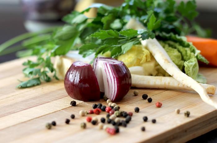 お総菜や作り置きのおかずに、野菜をちょい足しすれば、栄養も彩りも増してきちんとした一品になります。例えばお総菜の中でも定番の「肉団子」。パプリカや三つ葉を散らせばビタミン量もアップし、見た目も華やかに。また、最近流行りのサバ缶アレンジは、スライスした玉ねぎをのせるのがおすすめです。さっぱりとしていて栄養も豊富。おつまみにもなるから家族みんなで楽しめます。