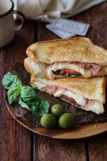 とろ~りとろけるモッツアレラチーズとトマトの相性が抜群のホットサンド。生ハムも入って、ちょっとお洒落に!フライパンで両面ほどよく焼けば、お手軽ホットサンドの完成です。