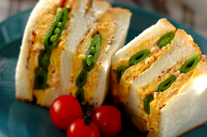 粒マスタードとマヨネーズをパンに塗り、シャキシャキ食感のスナップえんどうと、ふわふわのスクランブルエッグをサンド。黄色と緑のコントラストも可愛く、春を感じさせてくれるサンドイッチです。