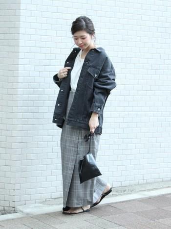 オーバーサイズの黒デニムジャケットとグレンチェックロングスカートのマニッシュなスタイリング。ビッグシルエット同士の組み合わせは、インナーをボトムスインすることで、すっきり着こなすことができます。サンダルを合わせて足元に抜け感をプラスして。