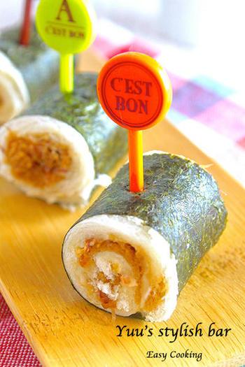 おかかのロールサンドを海苔でくるくる!アイデアが楽しいロールサンドは、想像以上の美味しさです。可愛らしくピックをさしてお弁当に…。お酒のお供にもぴったりですよ!