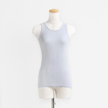 どんなお洋服の下に着ても心地よく着られるタンクトップは、万能のアンダーウェアです。ベーシックな色味のものを一枚持っていると安心です。