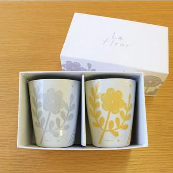 陶芸作家の鹿児島睦さんによる「La fleur(ラ・フルール)」タンブラーセットは、切り絵をモチーフにしたという、グレーとイエローであしらわれた北欧風の花柄が素敵。テーブルにさりげなく彩りを添えてくれます。