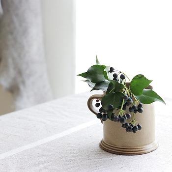 マグカップなら、すぐに用意できますね。たっぷりの容量のものならさらに使いやすい◎花を引き立てるには、あまり飾りのついていないシックな陶器がおすすめです。