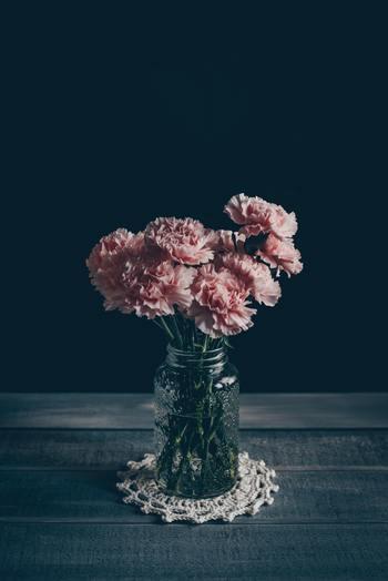 よくあるガラスの空き瓶の場合は、シンプルすぎて少々味気ない感じも。そんな時は、小さなコースターを一枚敷くなどひと工夫すると、とりあえず…という雰囲気も無くなります。華やかなお花を選ぶというのもポイントです。