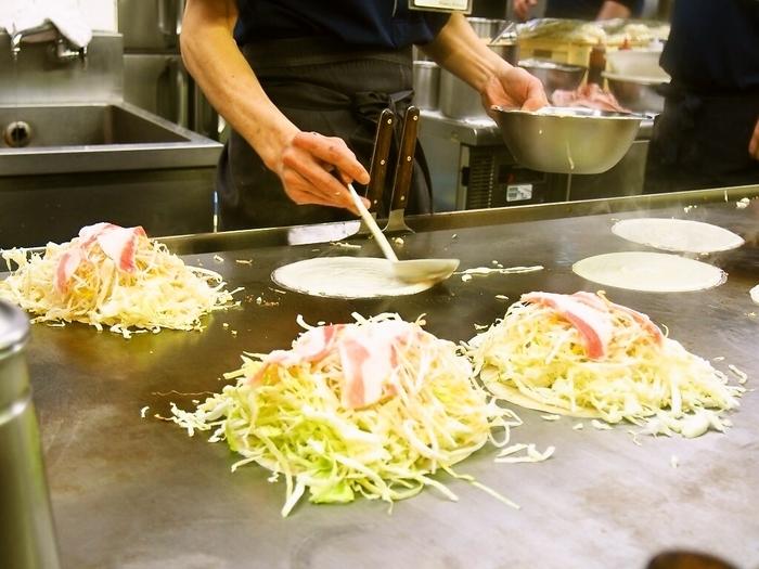 「広島お好み焼き」といえば、こちら! キャベツ・もやし・焼きそばをふんだんに使用し、ボリューム感たっぷり。そしてソースを絡めていただく、広島のご当地名物グルメですよね。
