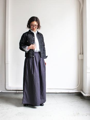 白シャツ×ネイビーのマキシスカートに、ジャストサイズの黒デニムジャケットを合わせたコーディネート。きちんと感のあるアイテムともシックな黒デニムは好相性です。袖口を折り返して、インナーを覗かせた着こなしも◎