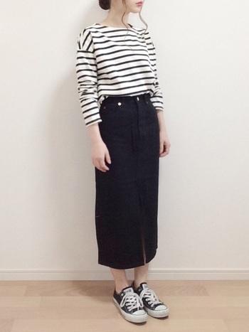 モノトーンボーダーTシャツに黒のタイトデニムスカートを合わせたスタイリング。ロング丈が大人っぽくIラインを強調し、スタイルアップ効果が期待できます。足元は、スニーカーで程よくカジュアルダウン。