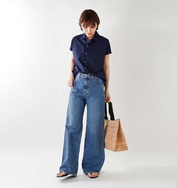 裾が広がったシルエットのバギーデニムは、脚長に見える効果も期待できる一本。 トップスをコンパクトにまとめると上下のバランスが整いやすくなります。これからの季節にぴったりの薄手のシャツをデニムにインしてウエストマークすれば、きちんと感のあるスタイリングに。
