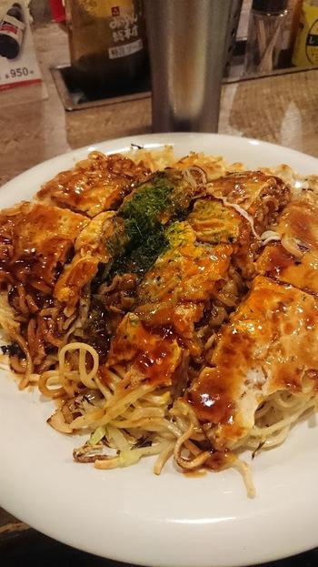 たっぷりのもやしとキャベツ、いその製麺の生麺を使用。そのほか、天かすなどを加えて、みっちゃん特製オリジナルソースで仕上げて、できあがり。  麺はやわらかいだけでなく、パリっとした焼き加減も感じられて、口の中でいろんな食感が楽しめますよ。