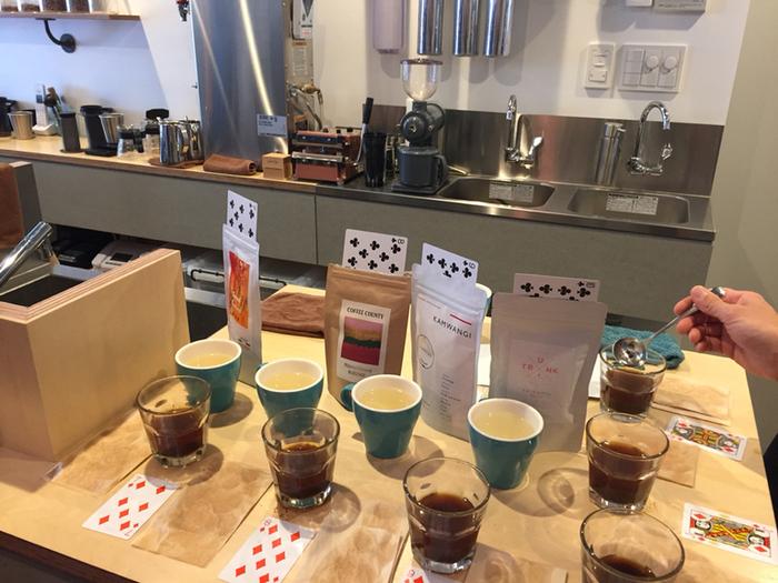 こちらのお店では、定期的に「フリーカッピング」と呼ばれる利きコーヒー体験を開催しているので、一度に色んな種類のコーヒーを味わえます。イベントに参加される方同志の交流の輪が広がるのも「フリーカッピング」の魅力ですね。初心者の方でも優しく教えていただけますので、安心して参加できますよ。