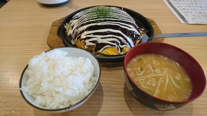 """お昼の時間帯は、ちょっとリーズナブルでいただけるランチメニューがありますよ。店舗によってはこのようにお味噌汁・ご飯がついた""""定食""""も!(画像の料理はもだん焼きです)  「徳川」という店名にふさわしい、将軍御膳、黄門御膳もあります。広島県民に愛される味わいを、ぜひチェックしてみてくださいね。"""