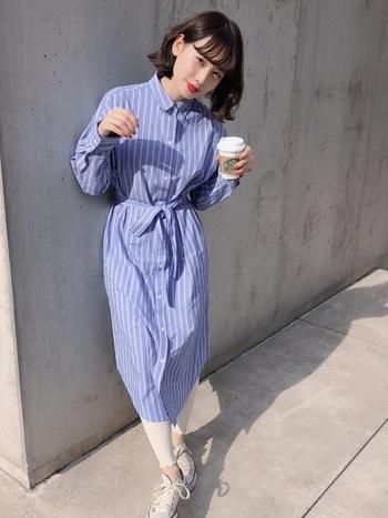 ブルーのストライプのシャツワンピースには白のレギンス&スニーカーで爽やかに。足元が白で統一されるとグッとオシャレに見えますね。