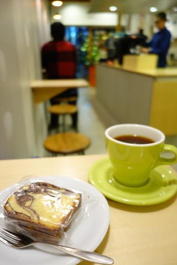 好みのコーヒー豆が分かったら、自家製の焼き菓子とともに、店内でゆっくりコーヒーを楽しみましょう。コーヒー好きが集まるこちらのお店は、いつも常連さんの笑顔で溢れています。