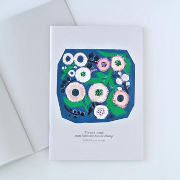「ATELIER.encle d'encle(アトリエ アンクルダンクル)」のノートは、鮮やかなブルーの背景に淡いカラーを使ったお花のイラストが目を惹きます。日記代わりや日々のちょっとしたメモを書き込むのたびにやさしい気持ちになれそうです。