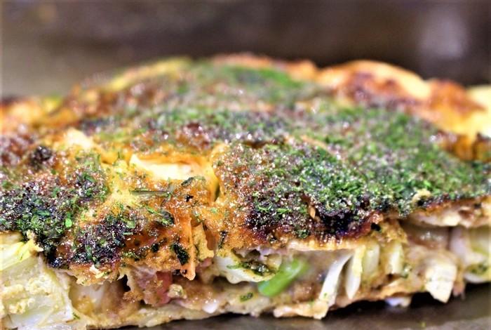 しっかり焼き上げられたお好み焼きは、キャベツの甘みが感じられるはず。麺はもっちりした部分、パリパリッとした部分があり、食感の違いが楽しめますよ。  ソースはお馴染みの、お好み焼き用オタフクソース♪広島らしさ満点です。