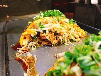 「電光石火」もまた、食べログで高評価の有名店。かつて「ミシュランガイド広島」に、選ばれたこともあるんですよ。  麺は、中華そばか、うどんから選べます(こちらの画像は、うどんです)。キャベツ、もやしはもちろんですが、イカ天、大葉などが加わるのが、電光石火のスタイル。