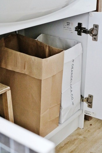 大きさも深さもある紙袋は、高さのある洗剤などの目隠し収納にぴったり。口の部分を折り返すだけですが、紙袋のセレクト次第でこんなにおしゃれに!