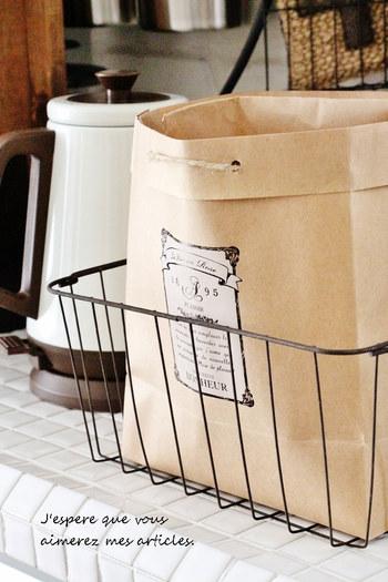 麻紐のアクセントが素敵なストックバッグ。カゴと組み合わせて使えば、野菜などの中身を見せずにすっきり収納できます。