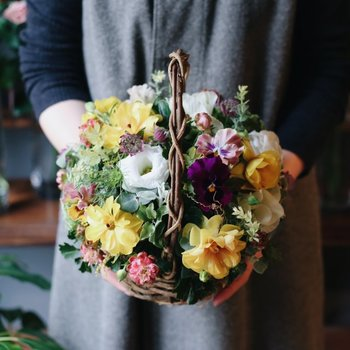 お部屋の雰囲気がパッと明るくなる、お花のギフトも素敵です。生まれたばかりの小さな赤ちゃんと過ごすママは、ほとんど家の中でお世話にかかりきり。そんなときにも、きれいなお花を見ると心が安らぎます。「おめでとう」の気持ちを素直に表現できるお祝いギフトです。