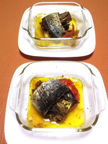 秋刀魚でえのきくるくるっと巻いたレシピ。秋刀魚の脂が、えのきにしみ込み、チーズとのコラボレーションが楽しめます。見た目も豪華なので、大皿で焼いておもてなしにもどうぞ。