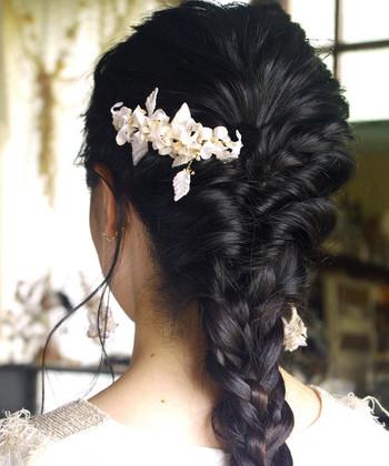 「m.soeur(エムスール)」のヘアコームは、ゆらゆら風に吹かれて揺れ動く小花と葉っぱがモチーフ。編み込んだヘアスタイルやまとめ髪にちょこんと差し込めば、華やかな雰囲気に仕上がります。ミディアム~ロングヘアの方にオススメです。