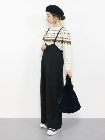 ニットと合わせた冬の黒サロペットコーディネート。カジュアルめなニットもすっきりとした黒サロペットを合わせることで、大人顔のスタイリングになります。ベレー帽などの小物使いでよりおしゃれに。