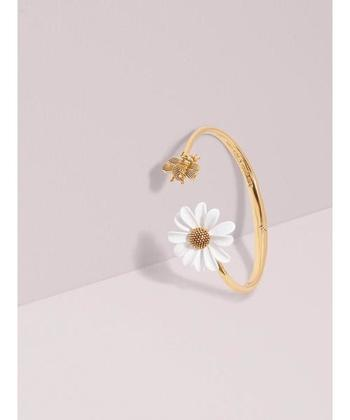 「Kate Spade new york(ケイト・スペード ニューヨーク)」の、可憐なデイジーをあしらったヴィンテージライクなカフブレスレット。ディテールにまでこだわり抜かれた花びらと葉っぱが、幸せを運んでくれそう♪