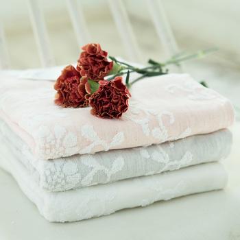 「天衣無縫」のボタニカルダイガーゼ&パイルイベリス柄バスタオルは、四季の花や果物など、植物から抽出した天然染料で染めた優しい色合いが魅力です。立体的にデザインされたイベリス柄が上品で、使うたびに優雅な気持ちに♪