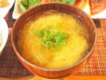 ヤングコーンの甘いヒゲはお味噌汁の具にも。シンプルなのに新鮮な味わいのお味噌汁に。オリーブオイルを垂らしても◎