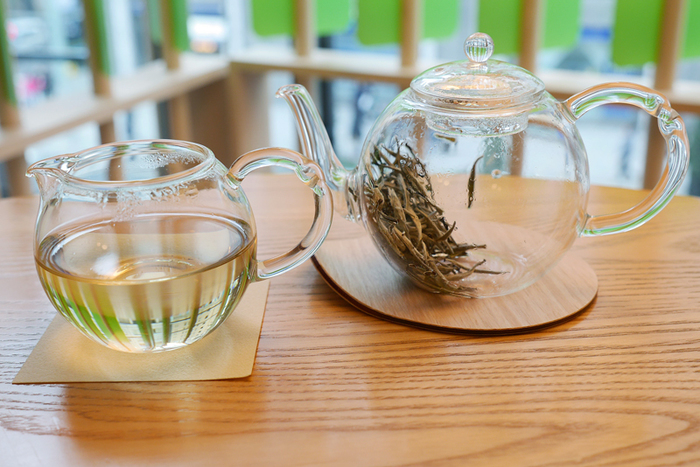 常時、13種類以上の中国茶が取り揃えられています。こちらは「白豪銀針茶(ハクゴウギンシンチャ)」といい、新芽を使った白茶です。香り高く、ほのかな甘みがあり、非常に上品な味わい。