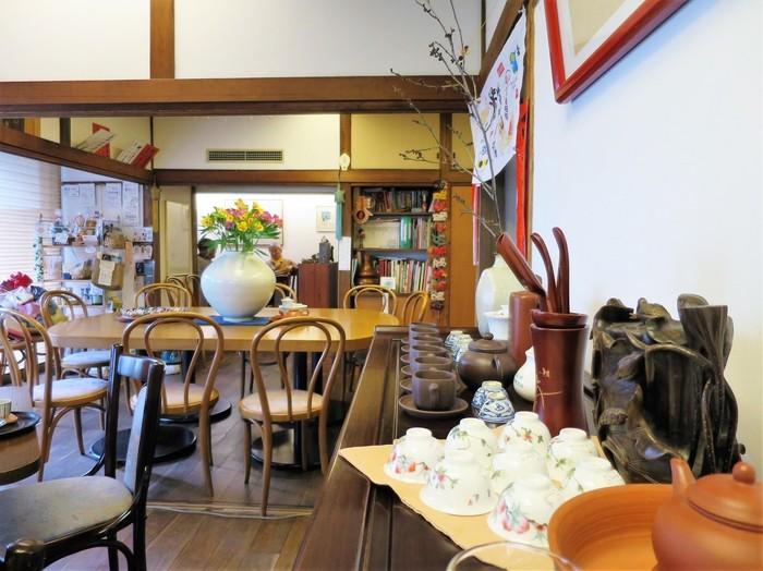 中目黒駅から徒歩5分の場所にある「岩茶房(ガンチャボウ)」。1988年創業の中国茶喫茶です。店内でお茶を楽しめるのはもちろんのこと、なかなか日本では手に入らない貴重な茶葉を購入することもできます。
