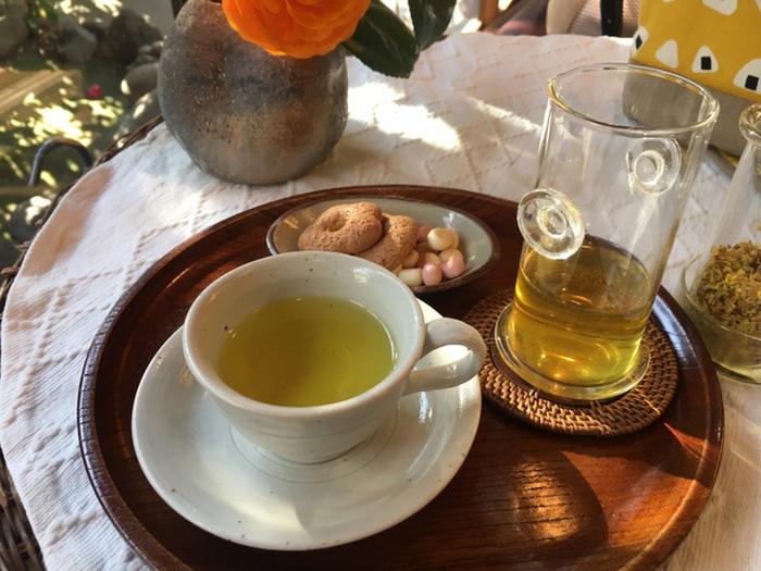 こちらは、濃厚で上品な香りと言われている「桂花茶(ケイカチャ)」。キンモクセイの花だけを摘み取って乾燥させた中国茶で、独特の風格があると国内外から人気です。薄い黄色で上品で穏やか。ホッとしたい時にオススメです。