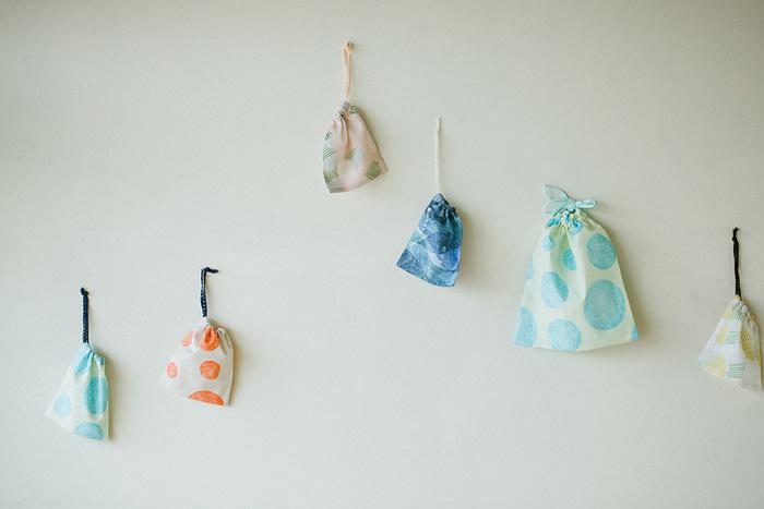 いろんな大きさでいくつも欲しいのが、かわいい巾着バッグ。小さい巾着にはアクセサリーやお薬、大きい巾着には着替えやシューズを入れたりと、入れるものに合わせて作ることができるので使い勝手も抜群です。