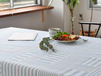ダイニングの印象を決めるテーブルクロスには、やはりとっておきの生地を使いたいですよね。ボーダーを組み合わせたデザインなら、どこかモダンな雰囲気の食卓に。