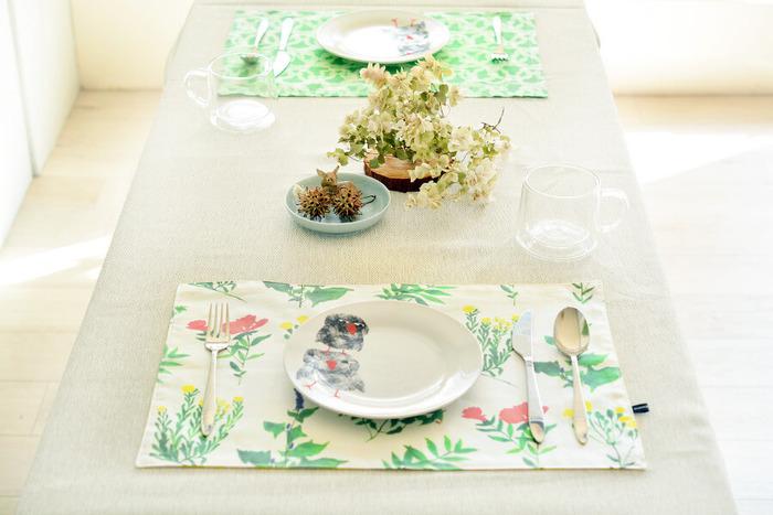 料理を美味しく引き立ててくれるのが、ランチョンマット。テーブルクロスとのコーディネートを楽しんでみたり、食器と組み合わせてみたりと、その日の気分に合わせて生地を変えてみるのも楽しいはずです。