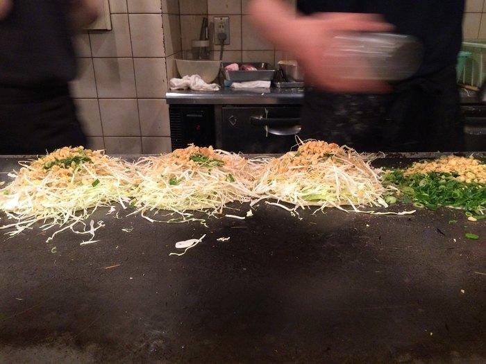 モヤシとキャベツたっぷりで、しっかり焼きあげるスタイル。このように、イカ天を追加するのが人気の食べ方なんだそうですよ。