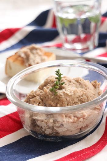煮込み時間は30分間ほどなのに、しっとりとした食感の本格的なリエット。ハーブを加えて煮込むので、豚肉のクセも気になりません。パンやクラッカーにのせて楽しみましょう。