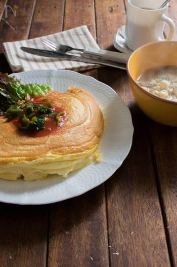 モンサンミッシェル風のスプレタイプのオムレツ。ふわふわに仕上げるために、卵を卵白と卵黄にわけて使い、卵白をしっかりと泡立てるのがポイントです。うっとりする食感です。