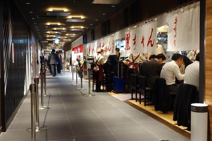 広島駅ビルのekie(正確にはekie DINING)には、先に述べたとおり、「みっちゃん」「いっちゃん」のお店がありますが、一緒のエリアに、こちらの「麗ちゃん」もお店を構えています。3つの名店のお客さんの様子を眺められるのも、この場所ならでは。  「麗ちゃん」は、「みっちゃん」と並ぶ、とても歴史深い老舗。昭和32年創業です。