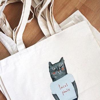 イギリス人デザイナー、ニコラ・ローランドさんが描いた猫さんのエコバッグ。「タコス、プリーズ」のプリントTを着ているところも、なんだか気になります。