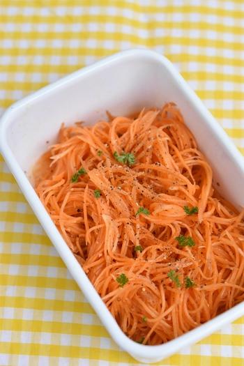 千切りしたニンジンだけを使ったシンプルなレシピです。鮮やかなオレンジ色のニンジンはお弁当に彩りをプラスしたい時にもぴったり。粒マスタードでさっぱりと仕上がります。