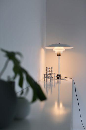シンプルな中にもどこか温もりのある北欧風のお部屋には、デザイン性の高い照明がよく似合います。色味は暖色系の電球を合わせるとほっとするような雰囲気が生まれます。