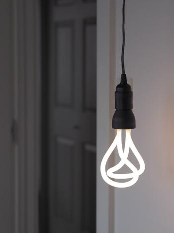 モノトーンのシンプルなお部屋には、ちょっぴり個性的な照明を合わせると、ふっと目を惹くアクセントになります。モノトーンだからこそ、間接照明をチョイスすると、ほどよい光の濃淡を楽しめます。