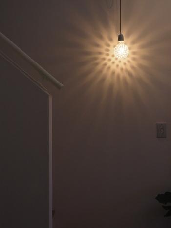 デンマークブランドのドットが入った電球。明かりをつけるだけで、愛らしい水玉模様が浮き上がります。まるで花火のように広がる光が美しいですね。