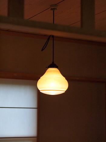 昔は和室の照明といえば、四角い木枠のペンダントライトに紐がついたタイプが一般的でした。現在は、畳自体の種類も増え、モダンな印象のお部屋も多くなってきたので、照明も自由に選ぶことができるようになりました。青白い光よりも暖色系の色味の電球の方が落ち着きます。
